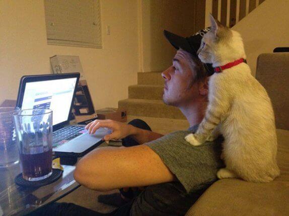 23 imádnivaló háziállat, aki a gazdit utánozza - Fotók!