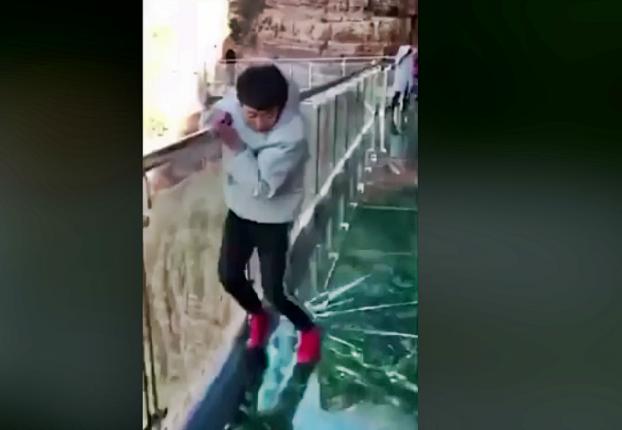 Segítség! Leszakad a híd alattam! - Elképesztő videó!