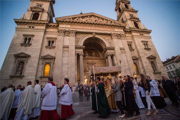 Képeken a Húsvét - Nagyszombati vigília és feltámadás-körmenet