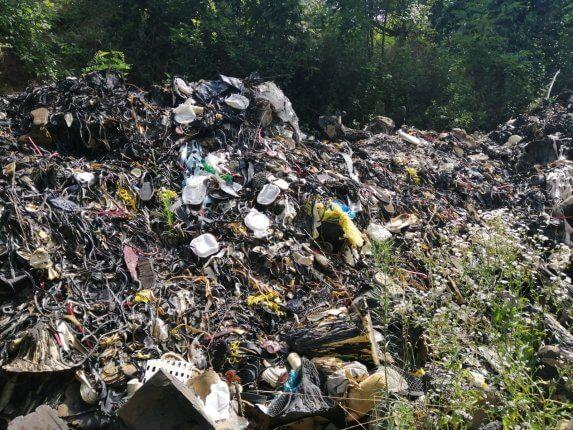 Óriási, 80 tonnás szeméthegyet takarítottak el a Komló-Mánfa közti útszakaszról